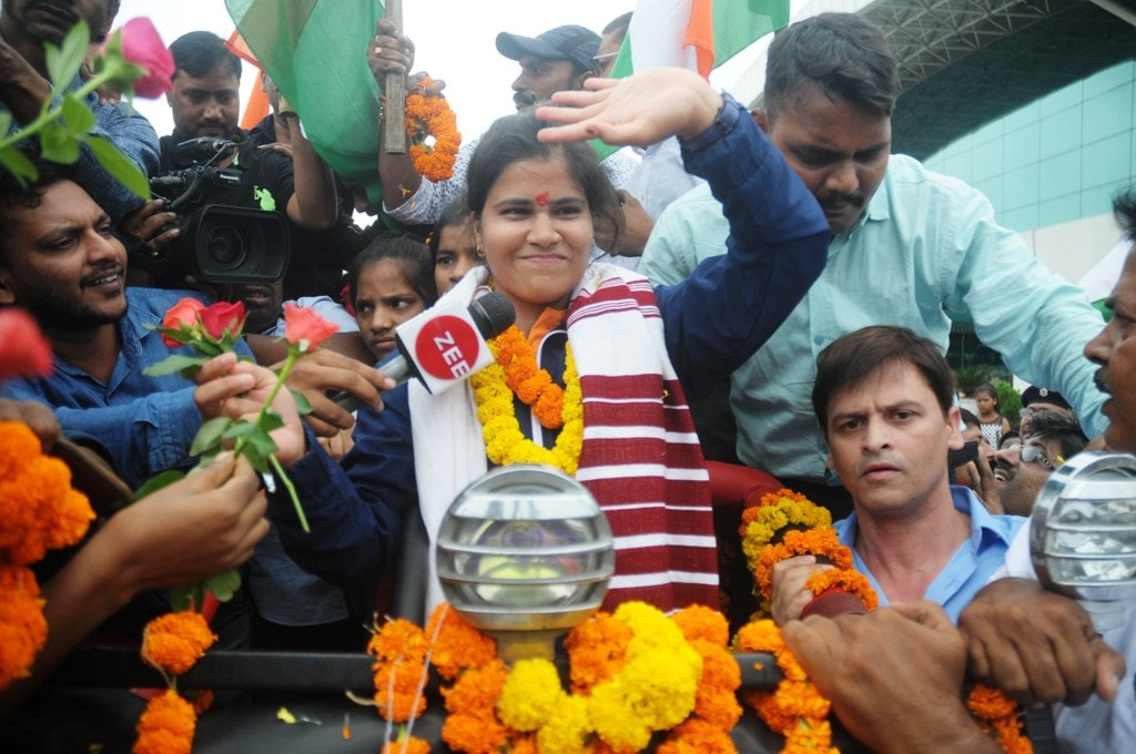 <p>Archer Madhumita Kumari being welcomed by officials of Birsa Munda Archery Academy Silli during her arrival at Birsa Munda airport in Ranchi on Saturday, September 01, 2018. Madhumita…