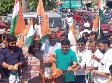 <p>UP में 4 किसानों की मौत की आग अब झारखंड पहुंच गई है। रांची महानगर कांग्रेस की तरफ से सड़कों पर प्रदर्शन किया जा रहा है। कांग्रेस महासचिव प्रियंका गांधी की UP में गिरफ्तारी का आक्रोश…