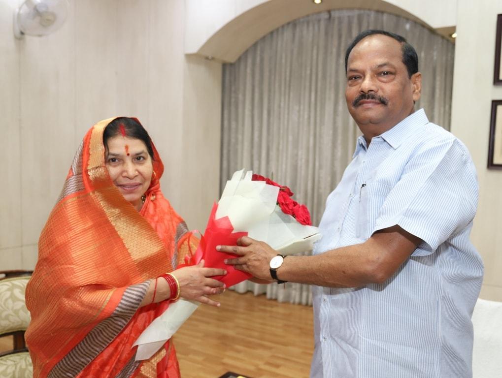 <p>मुख्यमंत्री रघुवर दास से छत्तीसगढ़ की महिला एवं बाल विकास मंत्री रमशीला साहू ने मुख्यमंत्री आवास पर आज दिनांक 19/08/2018 को शिष्टाचार मुलाकात की |</p>