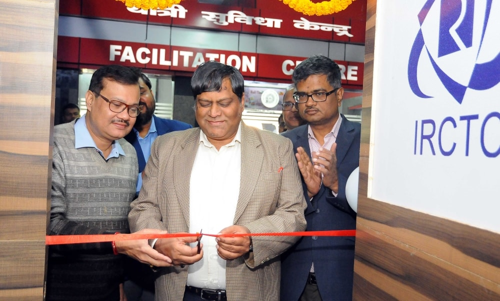 <p>SE Railway, Ranchi DRM Vijay Kumar Gupta inaugurate IRCTC's regional office at Ranchi Railway station on Tuesday.</p>