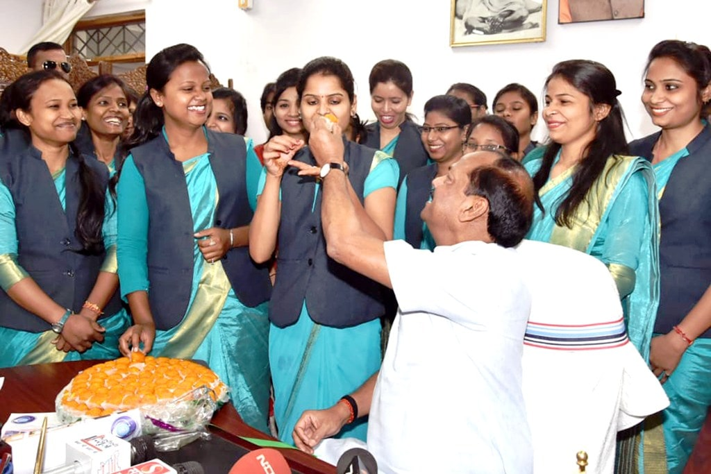 <p>Communication staff of Suchna Bhawan offersweets to Chief Minster Raghubar Das during the Jansamvad (Sidhi Baat) programme after successful completion of 3 years of…