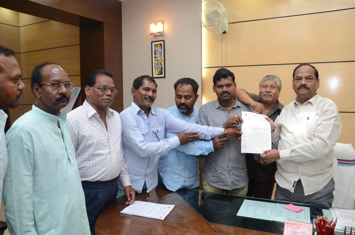 <p>मुख्यमंत्री श्री रघुवर दास से आज केंद्रीय सरना समिति का एक प्रतिनिधिमंडल मिला। केंद्रीय सरना समिति ने मुख्यमंत्री से मांग किया कि आदिवासी सरना परंपरा, संस्कृति, रीति रिवाज को छोड़कर…