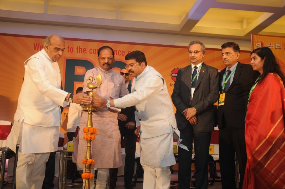 <p>Jharkhand Chief Minister Raghubar Das along with Union Petroleum Minister Dharmendra Pradhan and others lighting the lamp during inaugural ceremony of the LPG catalyst of Social…