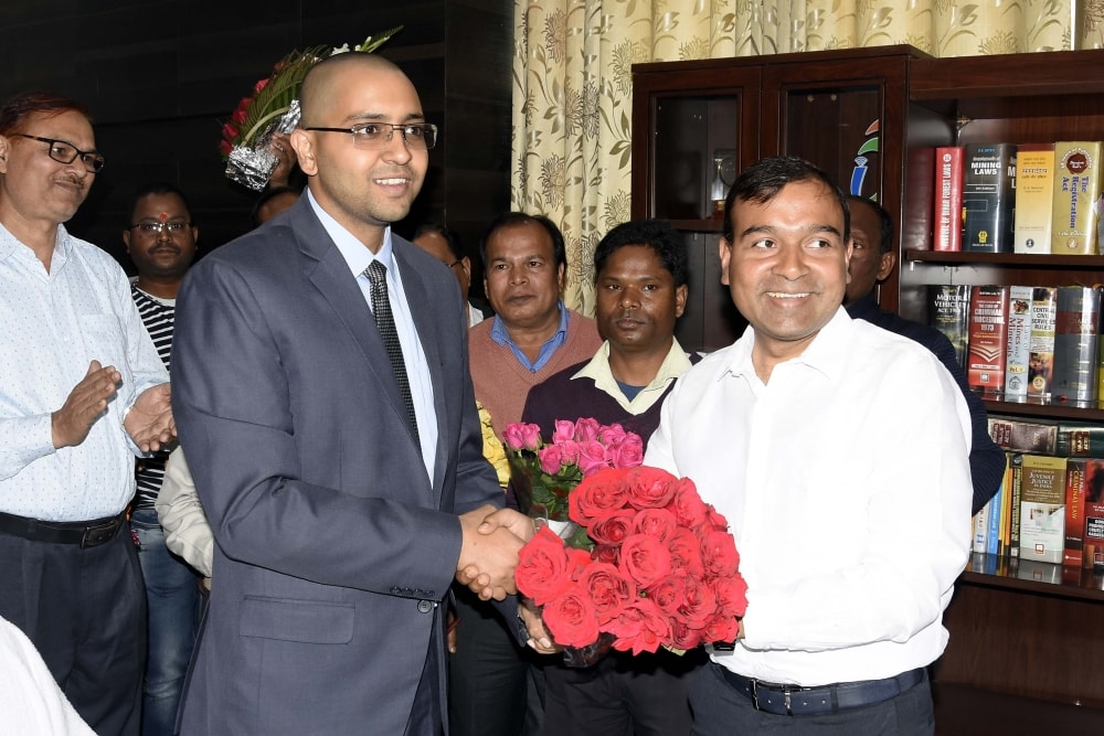<p>Outgoing DC Manoj Kumar presenting bouquet to newly appointed Ranchi DC Rai Mahimapat Ray after taking charge at Collectorate in Ranchi on Monday. </p>