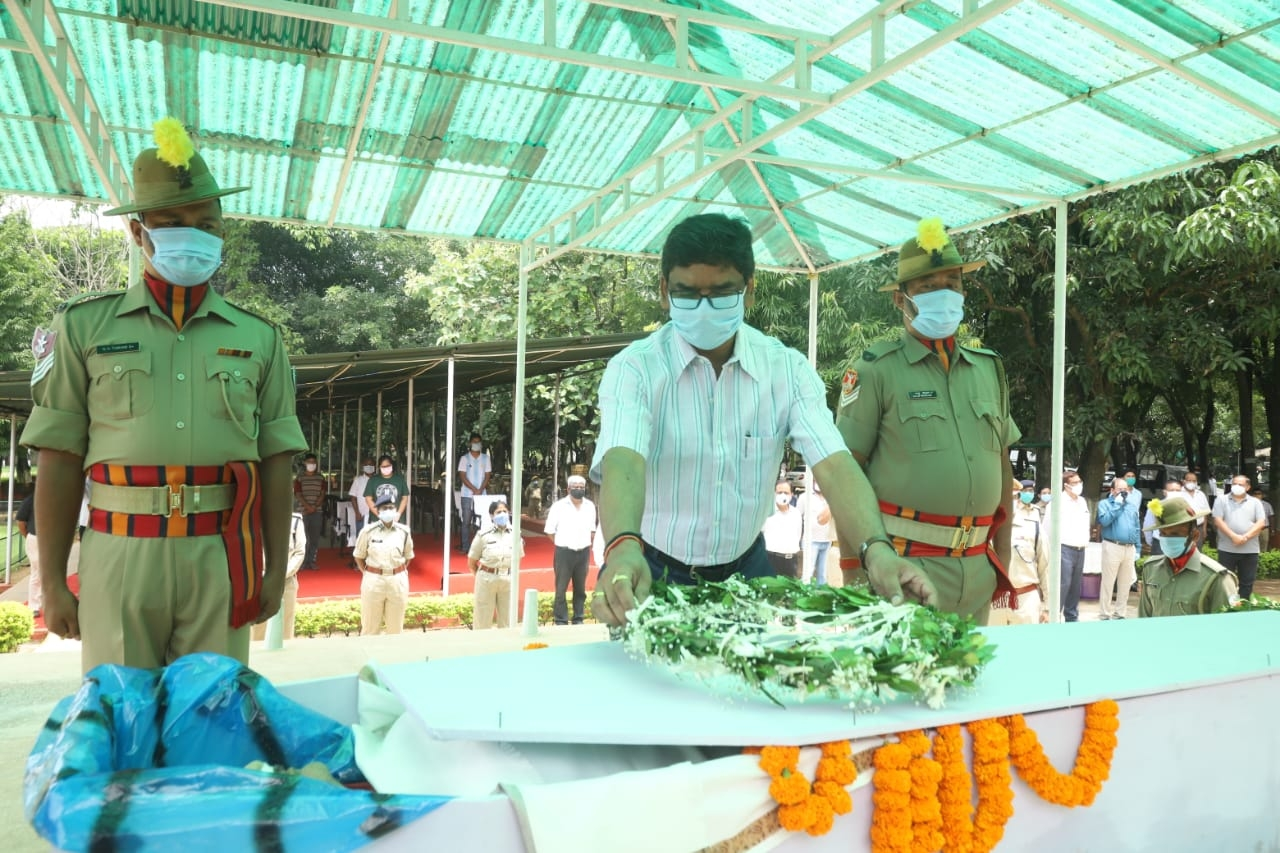 <p>Inside JAP-I ground in Ranchi, the CM Hemant Soren showered flowers and paid homage to the departed IPS officer Mr Alok.</p>