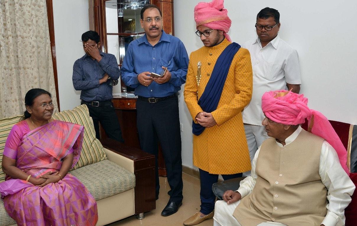 <p>माननीया राज्यपाल द्रौपदी मुर्मू आज अलीगढ़ में राजस्थान के माननीय राज्यपाल कल्याण सिंह के आवास पर उनके सुपौत्री के वैवाहिक कार्यक्रम में उपस्थित हुईं।</p>