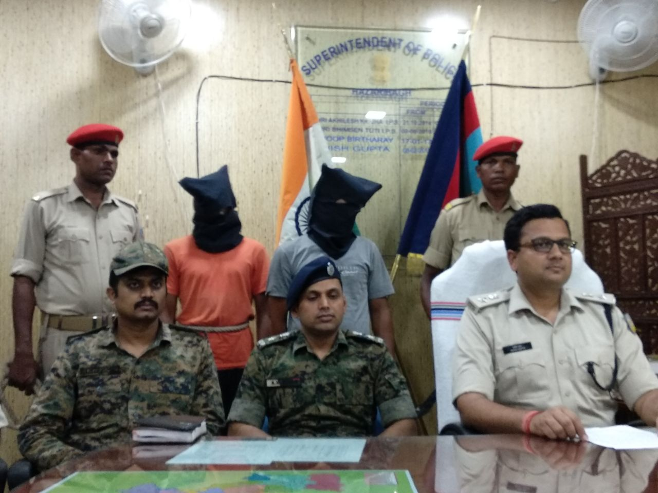 <p>हज़ारीबाग पुलिस व CRPF के संयुक्त अभियान में को गुप्त सूचना के आधार पर JPC नक्सली संगठन के सुप्रीमो दसरथ यादव सहित एक सक्रिय सदस्य रवि कुमार को गिरफ्तार किया था । इनके पास के एक…