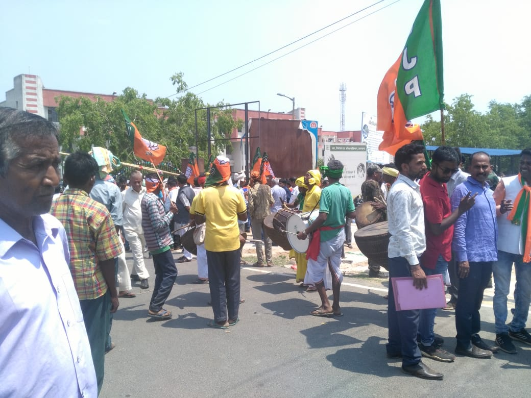 <p>BJP supporters playing traditional tribal musical instruments await to welcome Arjun Munda outside Khunti Collectorate. Arjun Munda is to file his nomination papers later today.</p>…