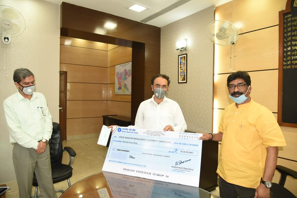 <p>In presence of Chief Secretary Sukhdev Singh, the Ranchi based PSU Central Coalfields Ltd's CMD Gopal  Singh handed over a cheque of Rs 20 crore to Chief Minister Hemant…