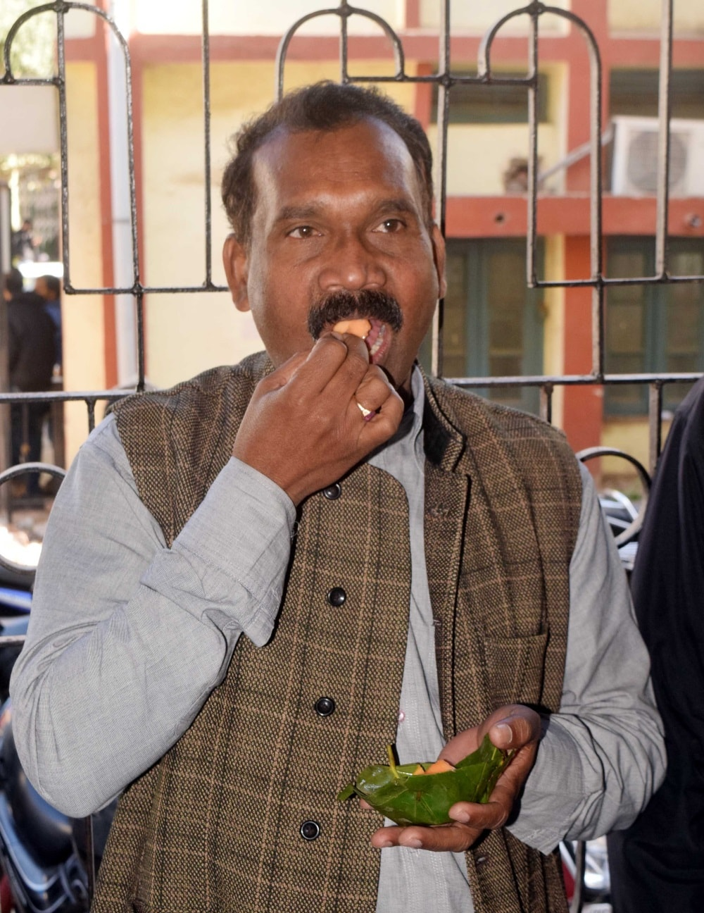 <p>Former Jharkhand chief minister Madhu Koda eating Bread Chop outside a special CBI court during her arrival for appearing in coal scam cases in Ranchi on Wednesday.  Koda was…