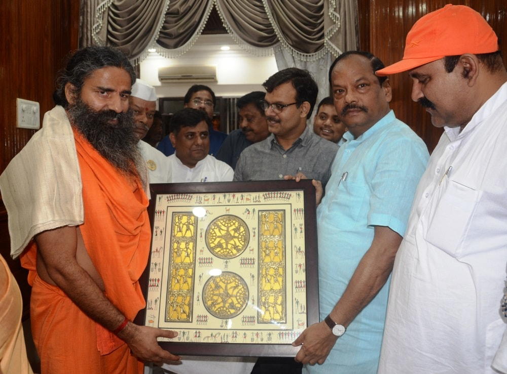 <p>While on Jharkhand visit, Yog guru of Patanjai fame Ramdev Baba made a courtesy call to the Chief Minister Raghubar Das at his official residence here in Ranchi on Sunday.</p>