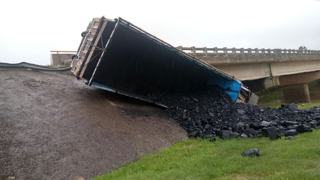 <p>राँची, नगड़ी थाना क्षेत्र के रिंग रोड सेम्बो पुल के पास बीती रात 1.30 बजे कोयले से लदा ट्रक पलट गया। कोई हताहत नहीं।</p>