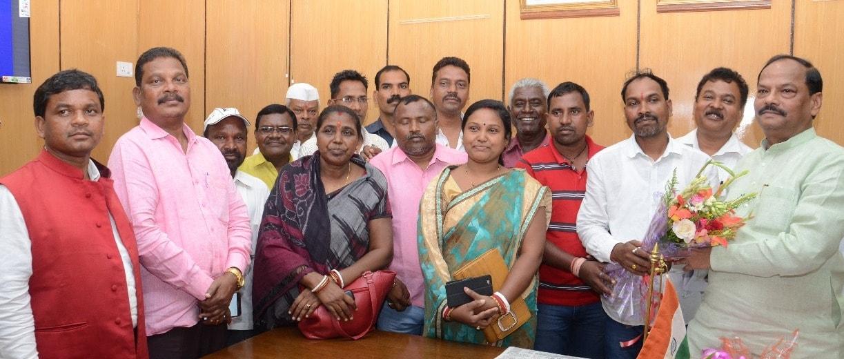 <p>मुख्यमंत्री रघुवर दास से आज दिनांक 21/07/2018 को एक प्रतिनिधिमंडल ने पोटका विधायक मेनका सरदार एवं घाटशिला विधायक लक्ष्मण टुडू के नेतृत्व में विधानसभा स्थित मुख्यमंत्री कार्यालय…
