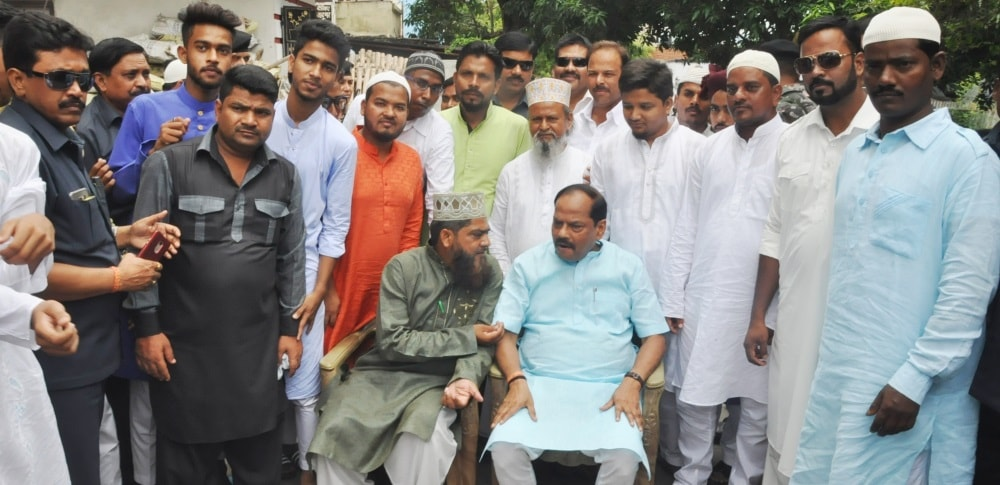 <p>Jharkhand CM Raghubar Das met his Muslim friends in Bhalubasa in Jamshedpur and wished them Eid Mubarak.</p>