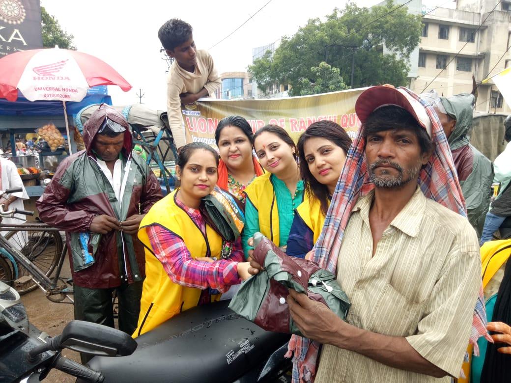 <p>आज दिनांक 20.08.2018 को लायंस क्लब राँची क्वीन द्वारा रातू रोड स्थित दुर्गा मंदिर के पास 50 से ज्यादा रिख्शे वालों के बीच रेनकोट का वितरणं किया गया । मौके पर अध्यक्ष लवी राय ने…