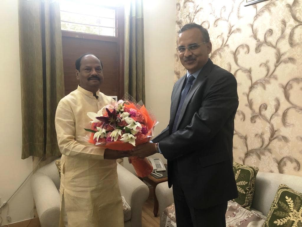 <p>Mr. Sanjiv Singh, Chairman of IOCL met Chief Minister Raghubar Das in New Delhi on Friday</p>