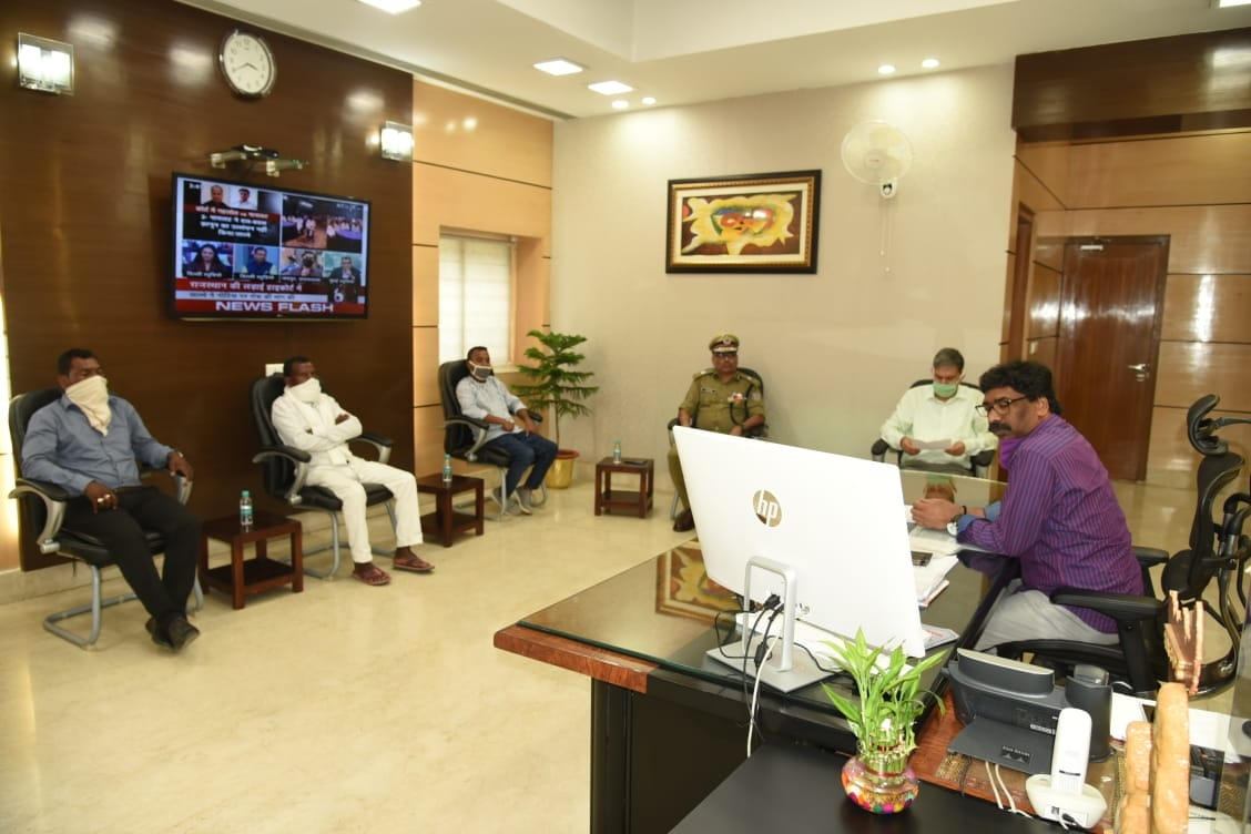 <p>Chief Minister Hemant Soren met relatives of tribal heroes Sidho- Kanhu inside the Secretariat in Ranchi on Friday.</p>