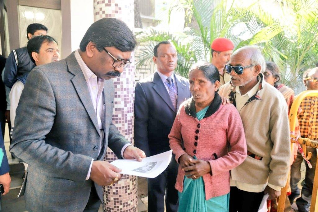 <p>मुख्यमंत्री हेमंत सोरेन कांके रोड स्थित मुख्यमंत्री आवास में लोगों से मिले, उनकी समस्याओं को सुना। मुख्यमंत्री से मिलने आये लोगों ने मुख्यमंत्री को हाथ से बनाई उनकी तस्वीर भेंट…