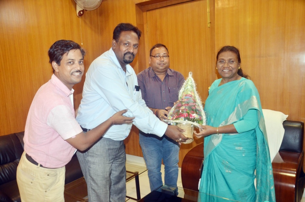 <p>Jharkhand Governor Draupadi Murmu being welcomed by Directors of Singhbhum Chamber Of Commerce & Industry Suresh Santalia and Dinesh Choudhary during a programme at Jamshedpur…