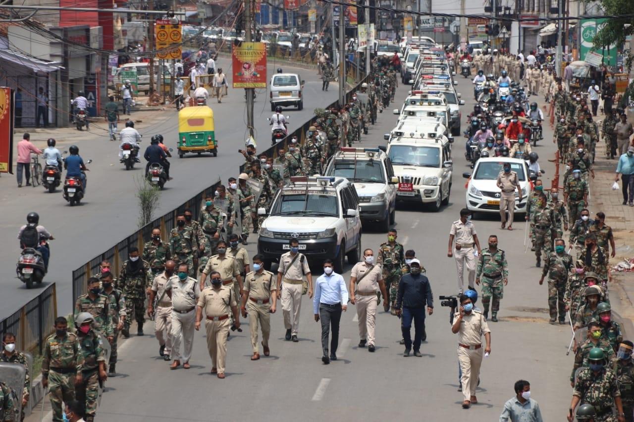 <p>झारखंड की राजधानी रांची स्थित अल्बर्ट एक्का चौक एवं गांधी मार्ग पर लॉकडाउन पूर्व प्रशासन का फ्लैग मार्च |</p>
