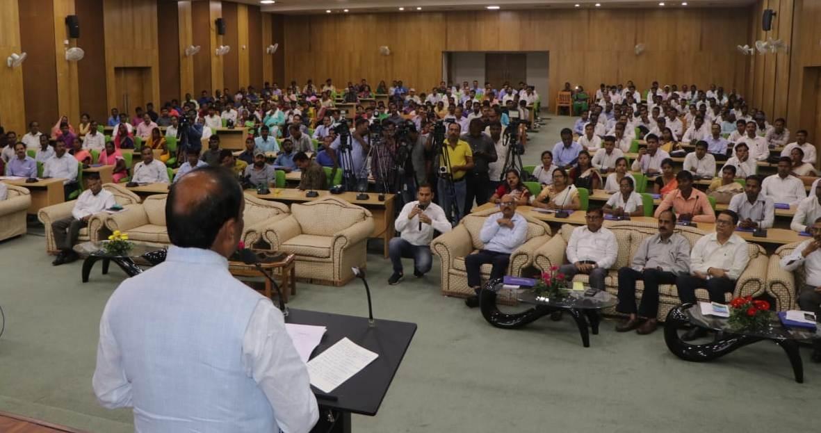 <p>मुख्यमंत्री रघुवर दास झारखंड मंत्रालय में उग्रवादी हिंसा में मृत सामान्य नागरिकों के आश्रितों एवं कारा अस्पताल में पारा चिकित्सा के पदों पर नियुक्ति पत्र वितरण कार्यक्रम में सम्मिलित…