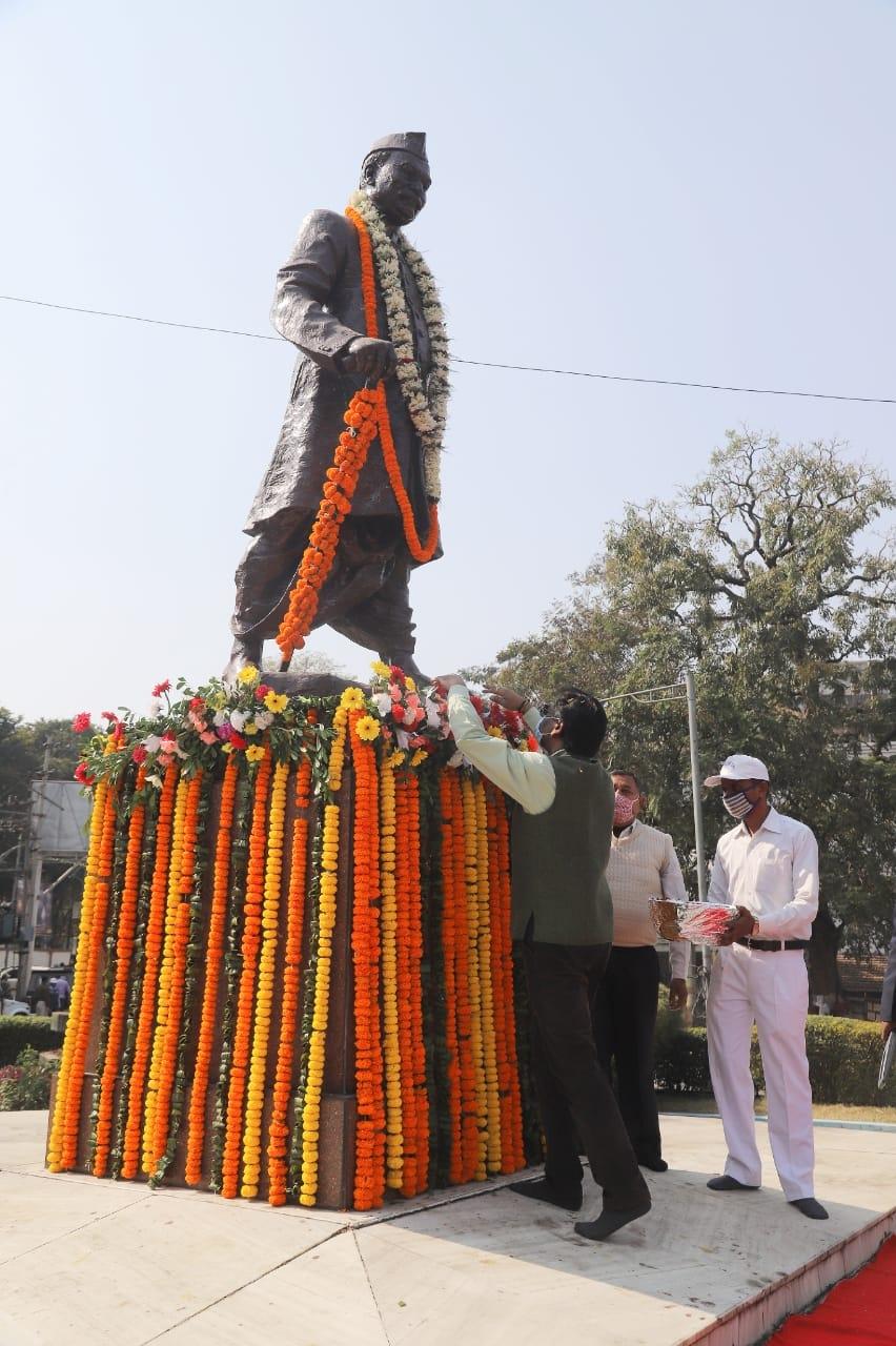 <p>मुख्यमंत्री श्री हेमन्त सोरेन ने देशरत्न डॉ राजेंद्र प्रसाद की जयंती के अवसर पर रांची के राजेंद्र चौक स्थित उनकी प्रतिमा पर पुष्पांजलि देकर उन्हें अपनी श्रद्धासुमन अर्पित की।</p>…