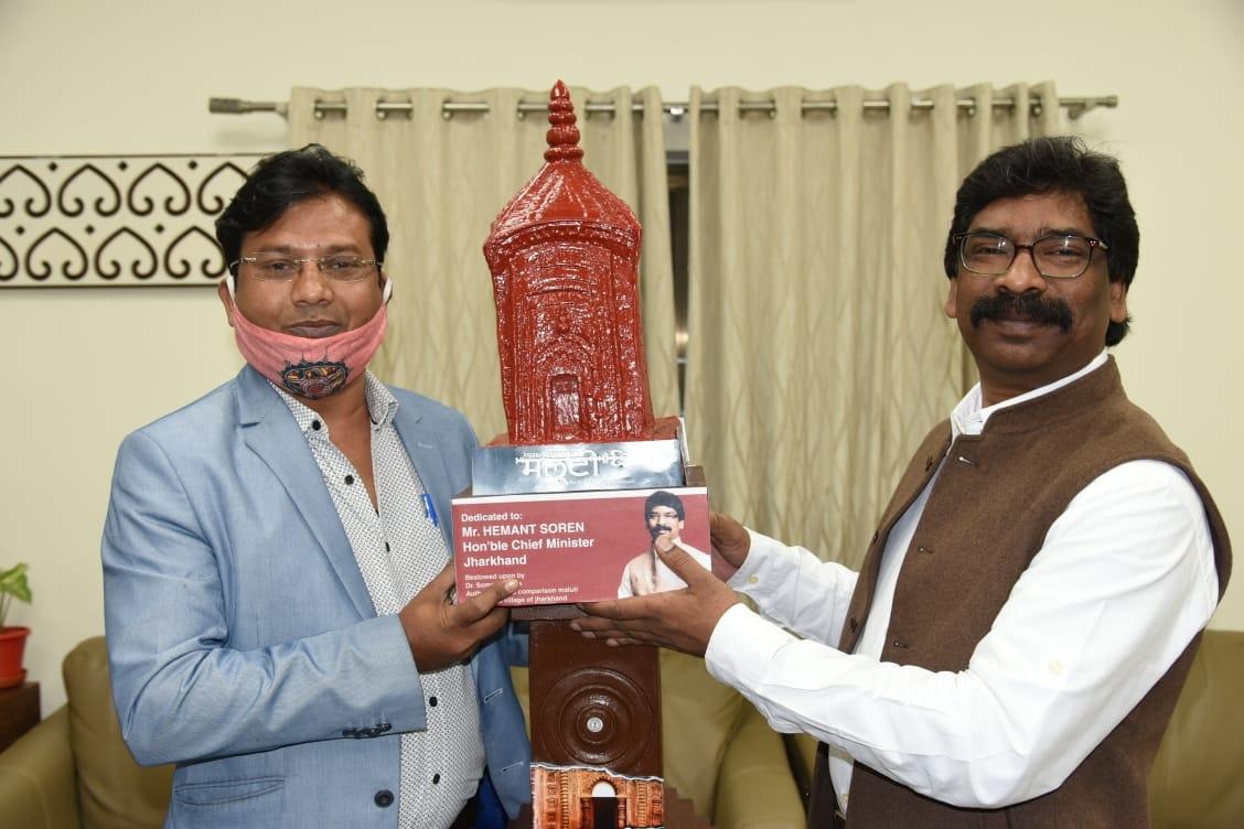 <p>मुख्यमंत्री आवास में मुख्यमंत्री श्री हेमन्त सोरेन को दुमका स्थित ऐतिहासिक मलूटी मंदिरों का टेराकोटा मॉडल प्रदान करते हुए डॉ सोमनाथ आर्य ।</p>