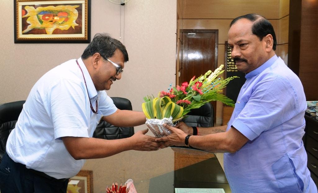 <p>मुख्यमंत्री से झारखंड मंत्रालय में आज सेल के चेयरमैन ने शिष्टाचार मुलाकात की |</p>