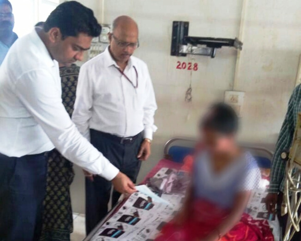 <p>The District Legal Services Authority (DLSA) on Friday handed over a cheque of Rs 1 lakh to acid attack victim Rinku Devi undergoing treatment at RIMS following a directive from…