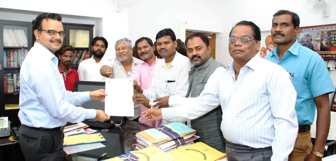 <p>मुख्यमंत्री के प्रधान सचिव सुनील कुमार वर्णवाल से आज केन्द्रीय सरना समिति के एक प्रतिनिधिमंडल ने फुलचन्द महतों की अध्यक्षता में मुलाकात की।</p> <p>प्रतिनिधिमंडल ने बताया कि…