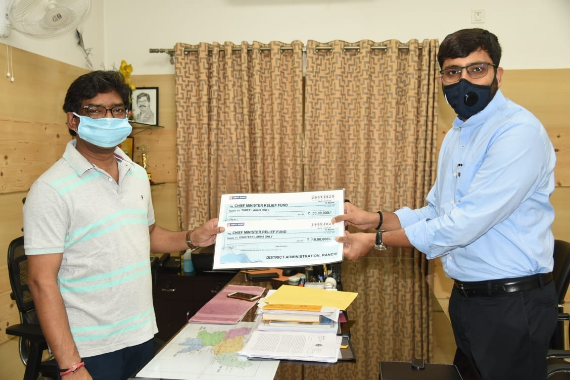 <p>Ranchi Deputy Commissioner Rai Mahimapat Ray today handed over a cheque of Rs 21 Lakh to CM Hemant Soren to fight Coronavirus pandemic in Jharkhand.</p>