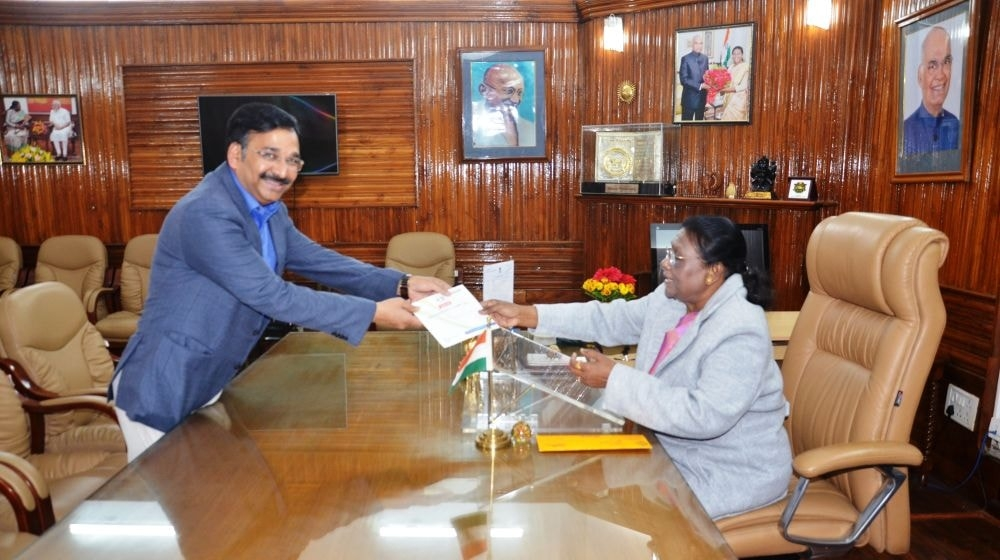 <p>Hon'ble Governor Draupadi Murmu met Chief Electoral Officer Vinay Kumar Choubey at Raj Bhavan today on 24/01/2020</p>