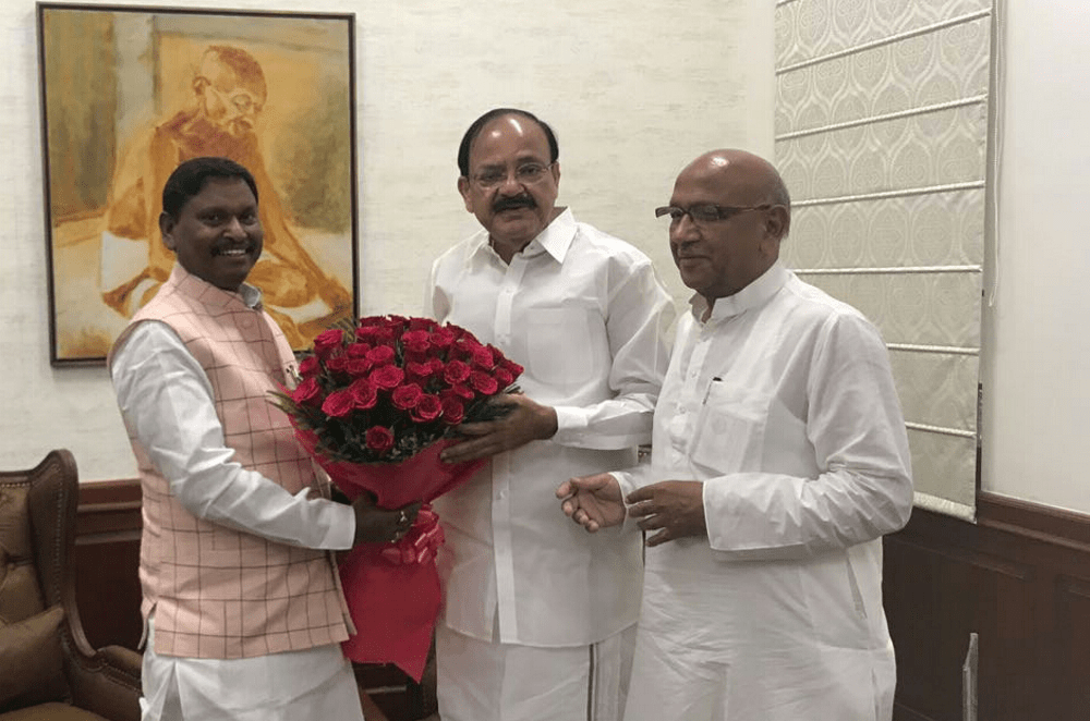 <p>Jharkhand Ex CM Arjun Munda and Minister Saryu Rai met Vice President Venkaiah Naidu.They offered him a boquet of flowers.Naidu said he will come to Ranchi soon. </p>