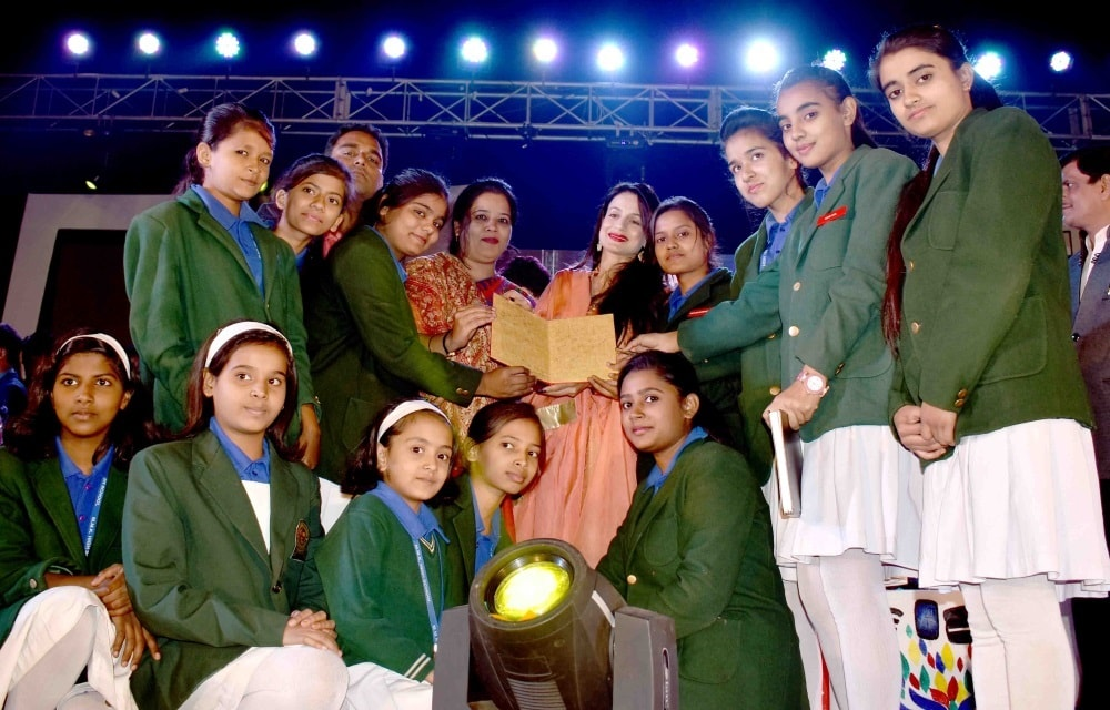 <p>Famed Bollywood actress Amisha Patel being presented a memento by the students and teachers of M.M.K High School, Bariatu Ranchi in an event on Saturday.</p>