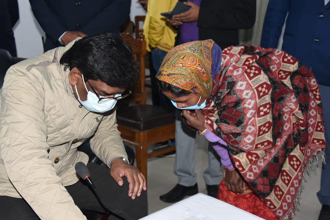 <p>राजभवन, दुमका में जनता की समस्याओं को सुनते हुए मुख्यमंत्री श्री हेमन्त सोरेन ।</p>