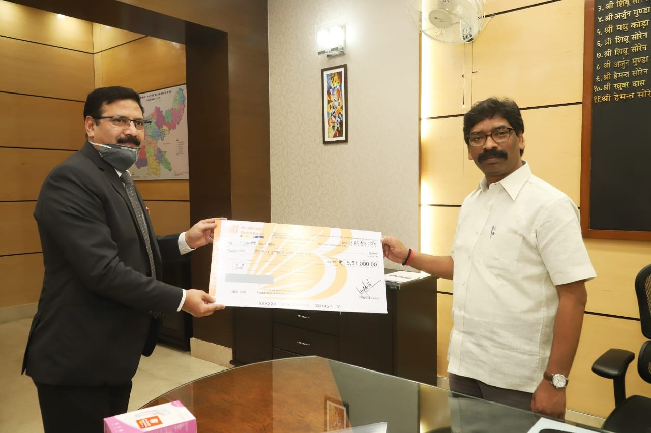 <p>Jharkhand IAS Association has handed over a cheque of Rs 7,25,401 to CM Hemant Soren to check the spread of Coronavirus infection in the state. Soren thanked the Association for…