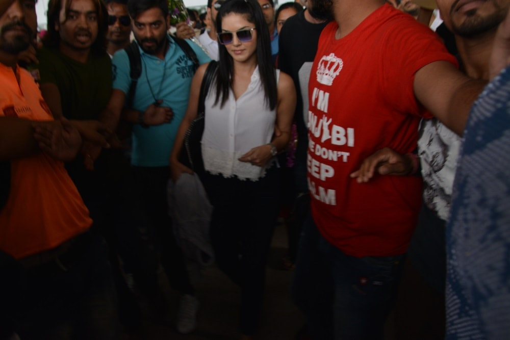 <p>Bollywood queen Sunny Leon landed in Ranchi to receive a red carpet welcome offered by the organisers of her programme and the policemen who provided security to her vehicle from…