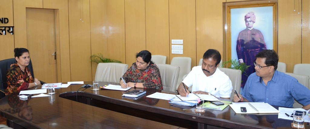 <p>Jharkhand Chief Secretary Rajbala Verma reviews the works of the state Fishery Department inside Project Bhawan in Ranchi.</p>