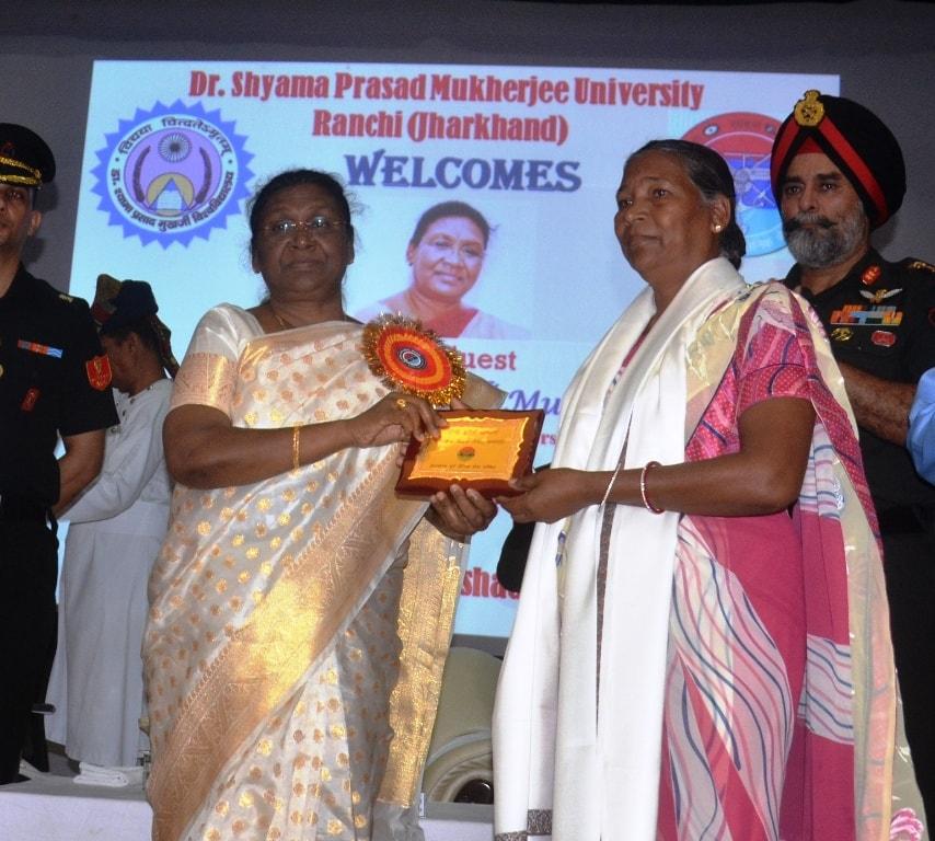 <p>माननीया राज्यपाल द्रौपदी मुर्मू ने कारगिल विजय दिवस के अवसर पर आज दिनांक 30/07/2018 को श्यामा प्रसाद मुखर्जी विश्वविद्यालय में आयोजित समारोह को संबोंधित किया |</p>