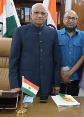 <p>Jharkhand Governor Ramesh Bais and senior journalist and Editor, JharkhandStateNews.com Manoj Prasad inside the Raj Bhawan in Ranchi on September 13, 2021. Sri Prasad handed…