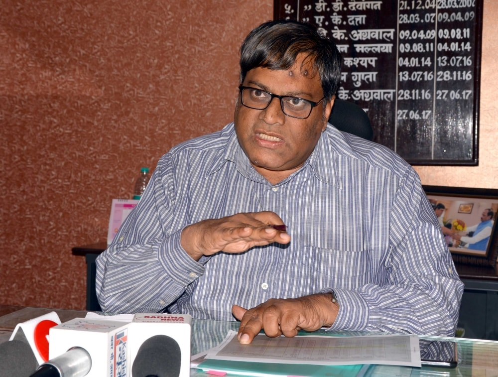 <p>Ranchi DRM VK Gupta addresses media persons at his office in Ranchi on Tuesday.</p>