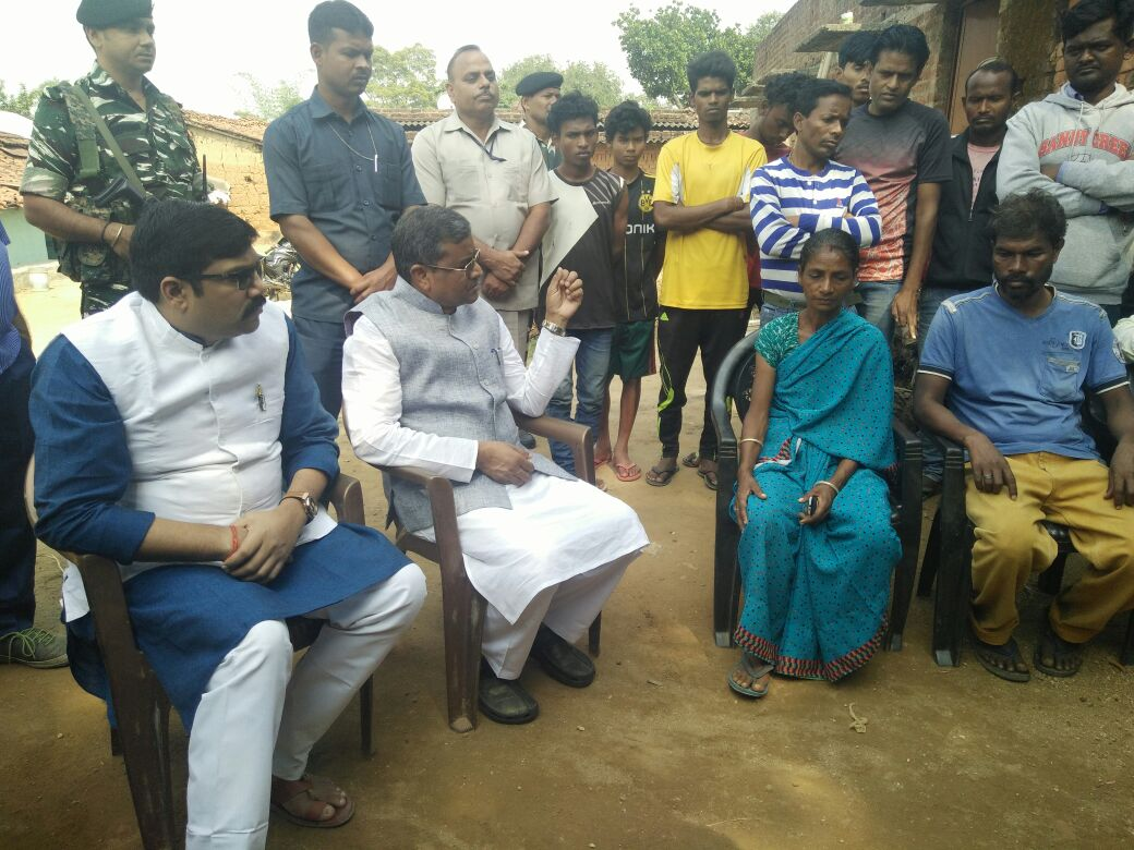<p>Ex-CM Babulal Marandi, accompanied by Union Spokesman Yogendra Pratap Singh visited the grieving family of a 7 year old girl named Supriya Minj who was hacked to death by some unknown…