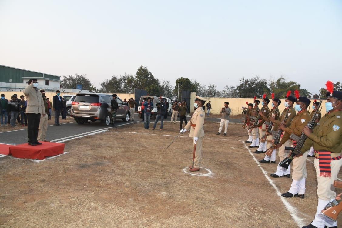 <p>दुमका हवाई अड्डा पर मुख्यमंत्री श्री हेमन्त सोरेन को गार्ड ऑफ ऑनर दिया गया ।</p>