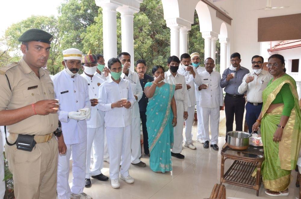 <p>माननीया राज्यपाल द्रौपदी मुर्मू ने आज राजभवन में सेवा कर्मियों को गिलोए का सिरका पिलाया और शरीर मेँ रोग प्रतिरोधक शक्ति बढ़ाने के उपाय भी बताये। उन्होंने कोरोना virus से बचाव के…