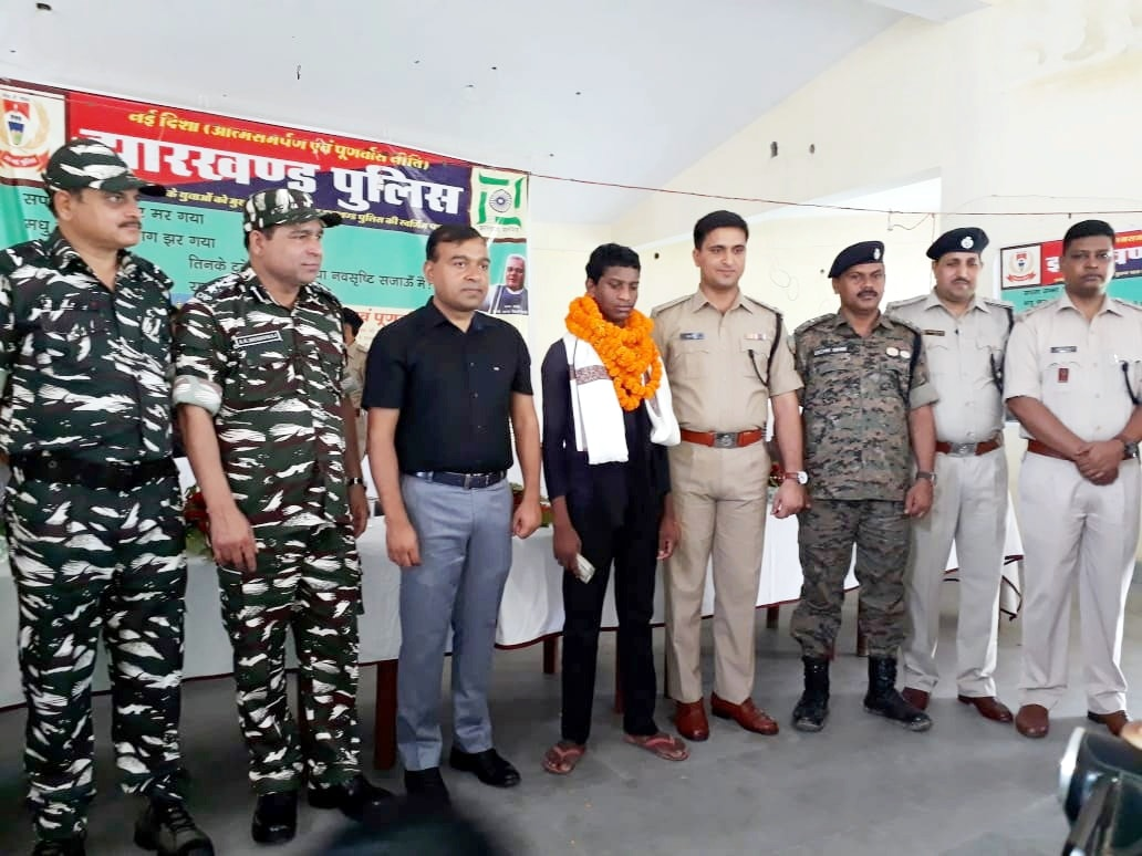 <p>Parasnath area hardcore Maoists Babuchand Marandi alias Suraj surrendered before Giridih DC Manoj Kumar, SP Surendra Kumar Jha and others police officials in Giridih on Saturday. </p>…