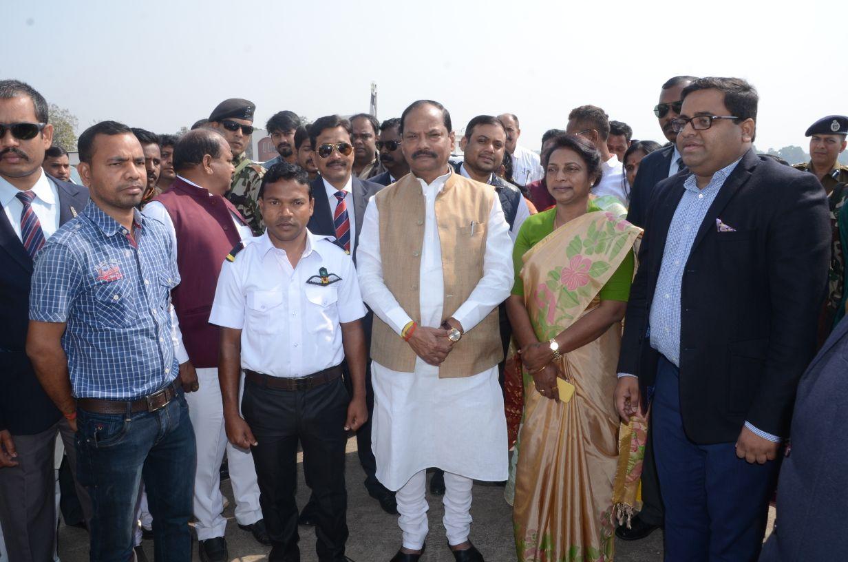 <p>दुमका से धनबाद के लिए प्रस्थान करते हुए दुमका एयरपोर्ट पर मुख्यमंत्री रघुवर दास से पहाड़िया समुदाय के प्रशिक्षु पायलट जॉनी फ्रैंक पहाड़िया ने मुलाकात किया. मुख्यमंत्री ने कहा…