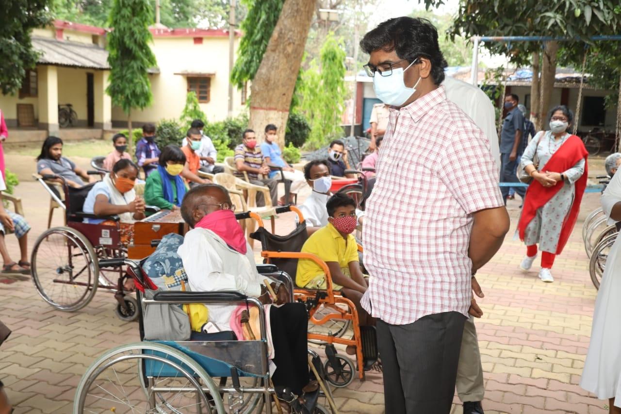 <p>Ranchi बरियातू रोड स्थित चेशायर होम पहुंचे मुख्यमंत्री श्री हेमन्त सोरेन। चेशायर होम में रह रहे दिव्यांग बच्चों एवं बुजुर्गों का हाल-चाल जाना।</p>