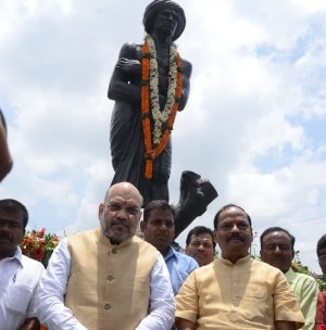 <p>BJP National President Amit Shah with Jharkhand Chief Minister Raghubar Das after offering floral tribute to the statue of Birsa Munda in Ranchi on Wednesday.</p>