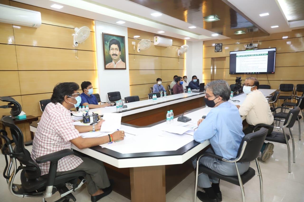 <p>कोविड -19 को लेकर दक्षिणी छोटानागपुर और कोल्हान प्रमंडल के मंत्रीगण / सांसदों/ विधायकों और संबंधित जिलों के उपायुक्तों के साथ मुख्यमंत्री आवासीय कार्यालय से वीडियो कॉन्फ्रेंसिंग…