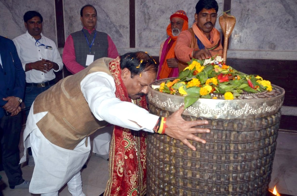 <p>Chief Minister Raghubar Das performs rituals at Bhadrakali Mandir during the inaugural ceremony of Itkhori festival at Chatra district on Monday.</p>